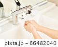 洗面所でもみ手の手洗いをするイメージ 66482040