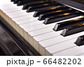 ピアノの鍵盤が並んでいるイメージ 66482202