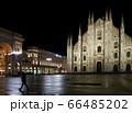 人がいないイタリア ミラノのドゥオーモのそばを急ぎ足で通り過ぎる男性 66485202