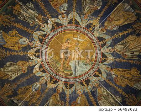 イタリアラヴェンナのモザイク画 聖者円形天井画 66493033