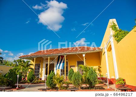 キューバ トリニダーの町中 カラフルなレストランカサ・デ・ラ・ムジカ 66496217