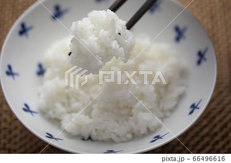 お茶碗によそった炊いた白いごはん 66496616
