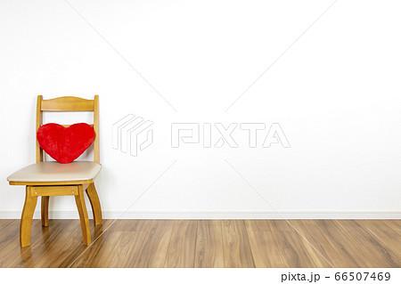 椅子にのったハートのクッションと白い壁の部屋 66507469