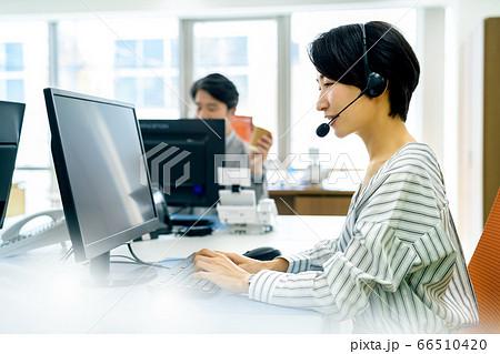 オフィスでソーシャルディスタンスをとって仕事する女性オペレーター 66510420