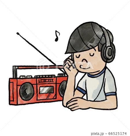 ラジカセで音楽を聞く男 66525174