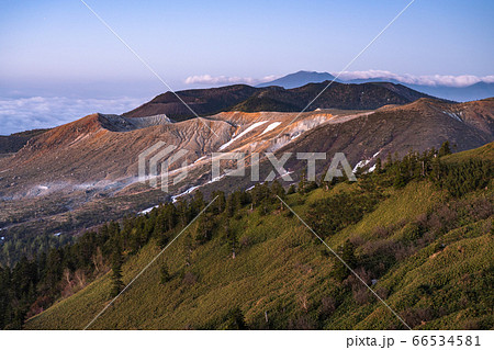 《群馬県》渋峠の夜明け・国道最高地点の眺め 66534581