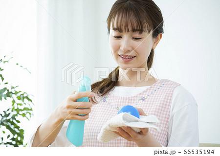 除菌作業する保育士 66535194