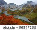 朝霧がかすむ穂高岳を背景に美しく紅葉した涸沢カール 66547268