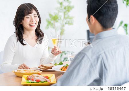 夫婦 家族 カップル リビング 食事 ライフスタイル 66556467