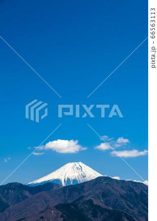 身延山山頂、東側展望台から眺める富士山(山梨県南巨摩郡身延町)2020年3月 66563113