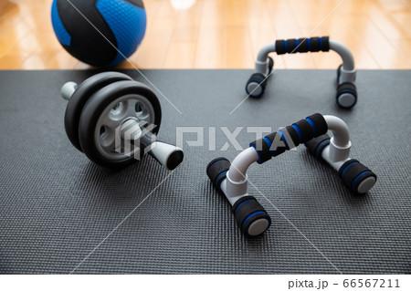 プッシュアップバーと腹筋ローラーとメディシンボール 66567211