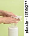 除菌ウエットシートで手を拭く 66569277