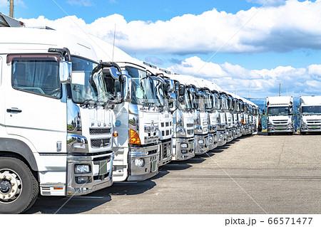 運送会社に並ぶトラック 66571477