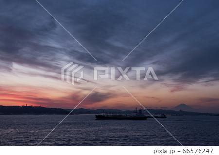 伊豆大島からの帰路フェリーからの夕日と富士山と江の島 66576247