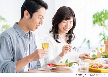 夫婦 家族 カップル リビング 食事 ライフスタイル 66585696