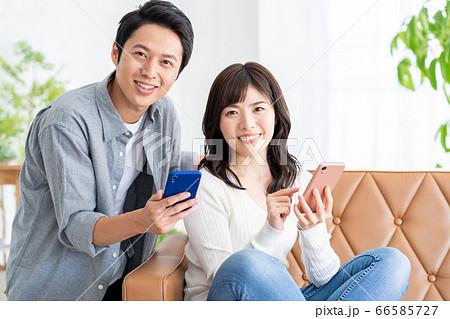 夫婦 家族 カップル リビング ライフスタイル スマホ 66585727
