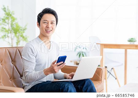 男性 パソコン テレワーク リビング ライフスタイル 66585746