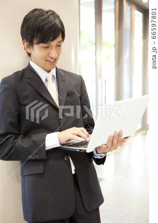 ノートパソコンを見るビジネスマン 66597801