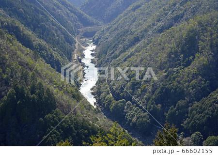 京都 絶景の保津峡渓谷を流れる保津川 66602155