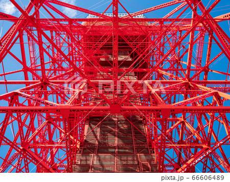 晴天の青空の日に下から見上げた東京タワー 66606489