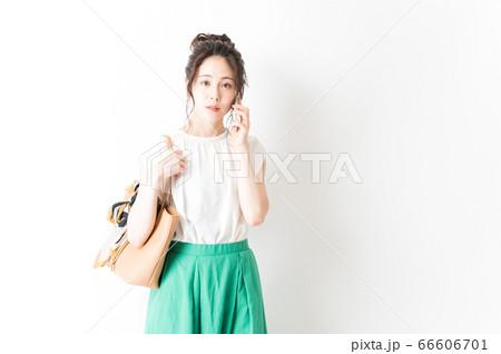 電話をするオフィスカジュアルの女性 66606701