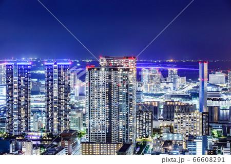 光が眩しい、東京の水辺に立ち並ぶ高層ビル群 66608291