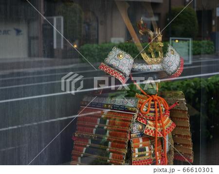 ショーウインドウの中の日本兜と鎧 66610301