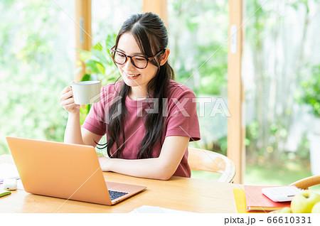 コーヒーを飲むテレワークの若い女性 66610331