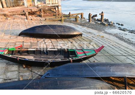 バングラデシュのコックスバザール 朝の魚市場と海岸に置かれた小船 66620570