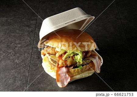 大きすぎて入らないベーコンとレタスとチーズとチキンがサンドされたハンバーガー 66621753