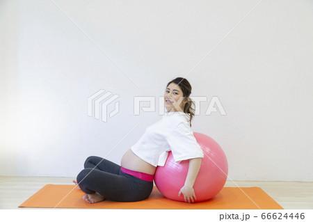 バランスボールにもたれる妊婦さん 66624446
