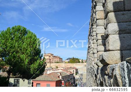 古代ローマ遺跡 セゴビア水道橋とサン・ミジャン教会(スペイン) 66632595