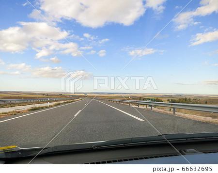 スペイン 秋の夕方のカスティーリャ・イ・レオン州の道(畑) 66632695