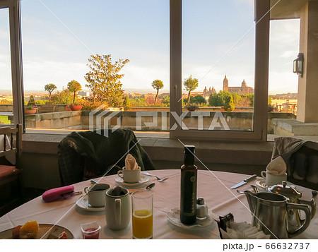 ホテルの朝食と朝日を浴びるサラマンカ大聖堂(スペイン・サラマンカ) 66632737