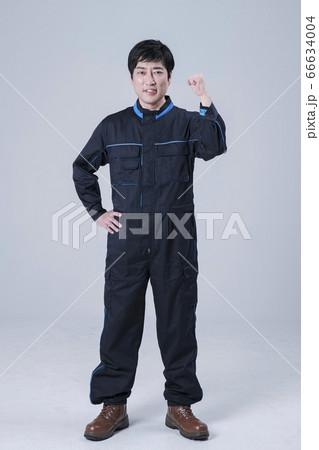 A studio portrait of Asian man making a confident smile 124 66634004
