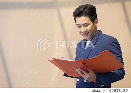 ジャケットを着た若いビジネスマン 66638120