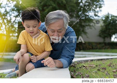 散歩をするシニア男性と男の子 66638457