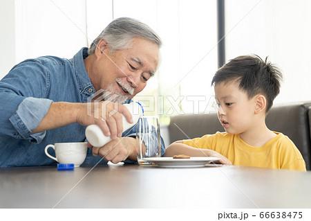 屋内でリラックスをするシニア男性と男の子 66638475