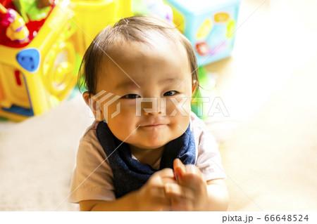 子供を上から撮った 上目遣いの満足げなかわいい笑顔 66648524