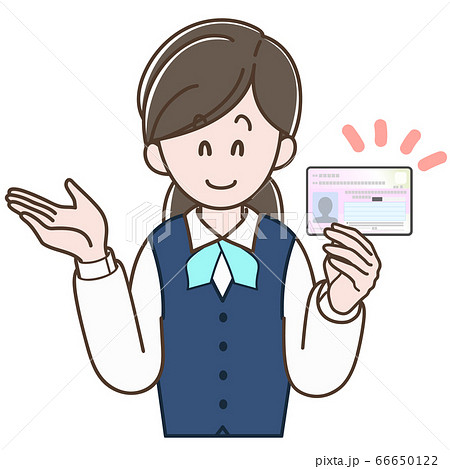 マイナンバーカードの説明をする制服の女性 66650122