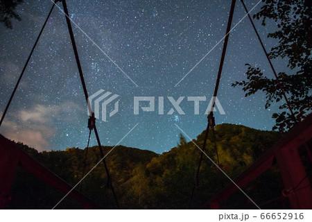 岐阜の高山の銚子の滝に向かう道にある橋と星の星景写真 66652916