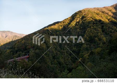 埼玉の秩父の出会いの丘から見える豆焼橋と夕日 66653110