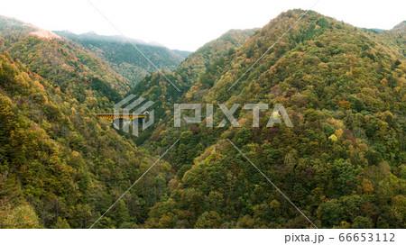 埼玉の秩父の豆焼橋から見える雁坂大橋と夕日のパノラマ 66653112
