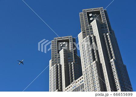 都市風景 羽田新飛行ルートの航空機と東京都庁 66655699