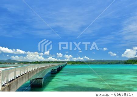 古宇利大橋とエメラルドグリーンのビーチ/沖縄県 66659217