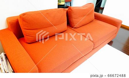 リビングルームに置いたオレンジ色のソファー 1477 66672488