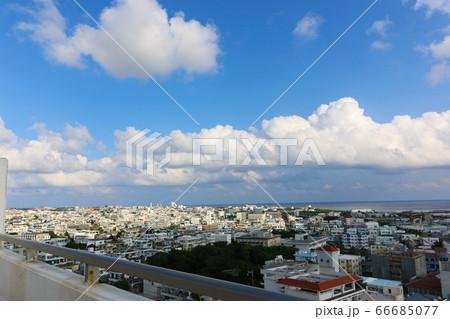石垣港沿いのホテルの屋上から見た町並み 66685077
