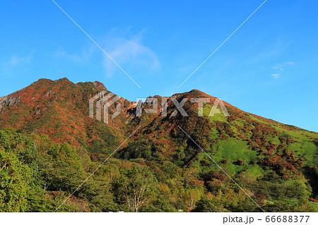 峠の茶屋駐車場より望む紅葉の那須朝日岳 66688377