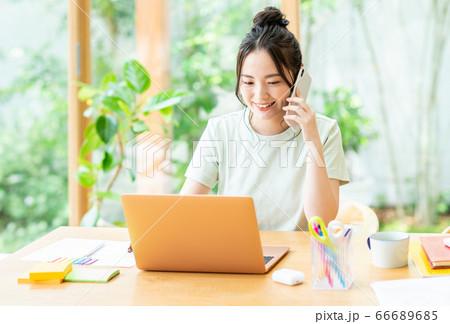 電話するテレワークの若い女性 66689685