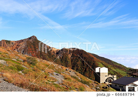 紅葉の那須岳 朝日岳と那須ロープウェイ山頂駅 66689794